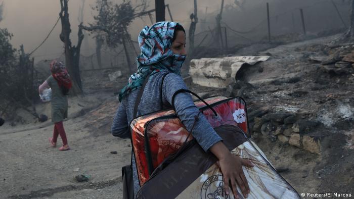 Refugiada foge de incêndio no campo de Moria, em Lesbos, na Grécia