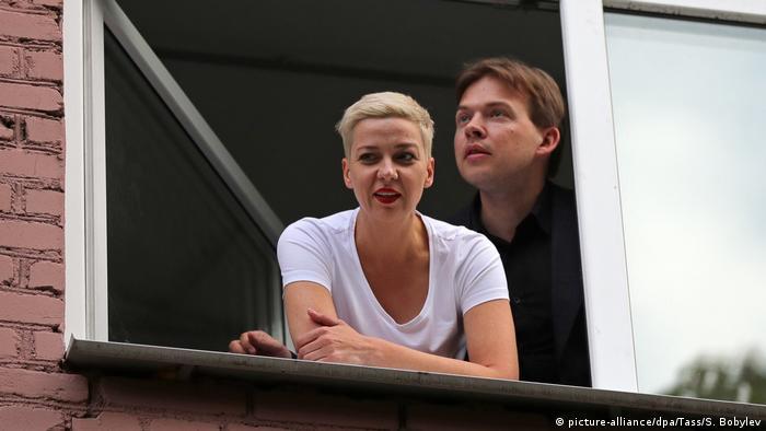 Belarus: Maxim Znak, Anwalt der Opposition, und Maria Kolesnikowa an einem offenen Fenster