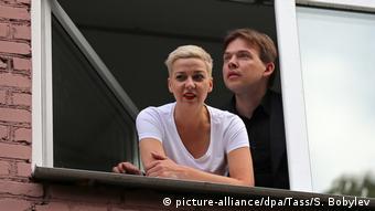 Мария Колесникова и Максим Знак смотрят из окна, 29.08.2020
