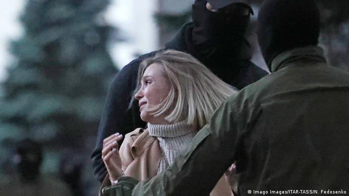 Мужчины в балаклавах в Минске уводят женщину