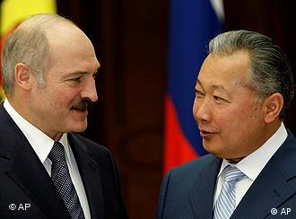 Президент Беларуси Александр Лукашенко и свергнутый президент киргизии Курманбек Бакиев