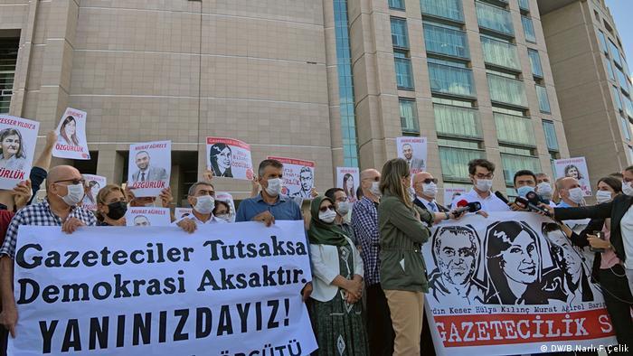 Gazeteciler duruşma öncesinde Çağlayan Adliyesi önünde yargılanan meslektaşlarına destek açıklaması yaptı