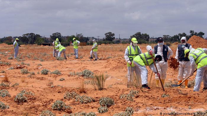 محققون ينتشلون عشرات الجثث من مقابر جماعية في مدينة ترهونة