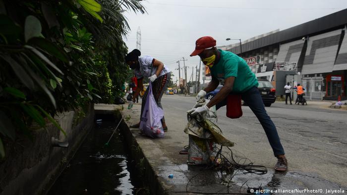 ۱۹ سپتامبر از سال ۲۰۰۸ روز جهانی پاکسازی زمین نامگذاری شده و کارزارهای جمع آوری ته سیگار در این روز به اوج میرسند. امسال البته به دلیل کرونا، فعالیتهای زیست محیطی شبیه قبل نبود. اینجا در نیجریه، گروهی از کنشگران با ماسک و رعایت فاصله فیزیکی، جوی آب را از لوث وجود زبالهها پاک میکنند.