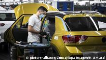 ARCHIV - 13.05.2020, Portugal, Palmela: Ein Angestellter mit Mundschutz arbeitet an der Montagelinie an einem Volkswagen T-Roc im portugiesischen Autowerk von Volkswagen Autoeuropa. Das Werk nahm nach anderthalb Monaten, in denen durch die Corona-Pandemie nicht produziert wurde, die Produktion wieder auf. (zu dpa «Studie: Corona-Krise kostet Autobranche weltweit Milliarden») Foto: Hugo Amaral/SOPA Images via ZUMA Wire/dpa +++ dpa-Bildfunk +++ |