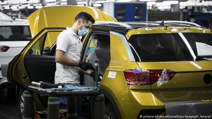 Запроваджені весною обмеження сильно вдарили по економіці ЄС (на фото: на автоскладальному заводі у Португалії)