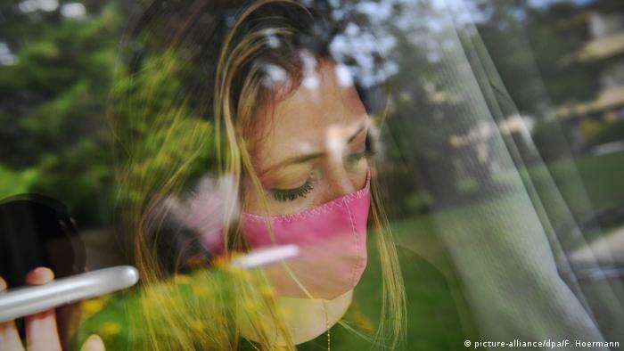 Deutschland   Frau mit Mundschutz   Symbolbild Depression (picture-alliance/dpa/F. Hoermann)