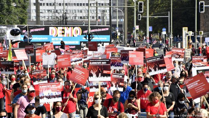 Betroffene aus der Eventbranche demonstrieren in Berlin für bessere Hilfsprogramme