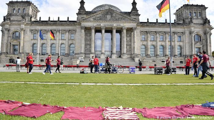 T-Shirts liegen auf der Wiese vor dem Bundestag. Eine Protestaktion der Eventbranche für mehr staatliche Hilfen in der Corona-Krise.