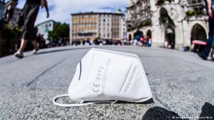 Захисна маска посеред центральної площі Мюнхена Марієнплатц