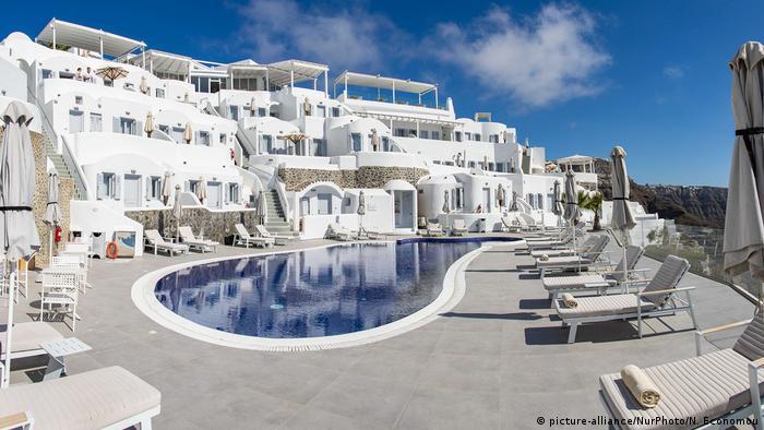 Griechenland Reise  Hotel Pool In Santorini Island (picture-alliance/NurPhoto/N. Economou)