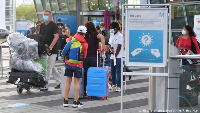 Przed centrum testowym na lotnisku w Monachium