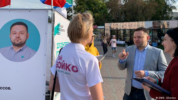 Opposition candidate Sergei Boiko during campaigning ahead of city council elections in Novosibirsk (DW/E. Sherwin )