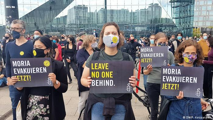 Участники акции солидарности с беженцами в Берлине