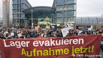 Διαδηλωτές στο Βερολίνο ζητούν «Εκκένωση των καταυλισμών» - «Υποδοχή τώρα!»