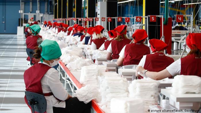 Russland Kaluga | Coronavirus | Produktion von Masken (picture-alliance/Tass/A. Geodakyan)