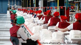 Изготовление защитных масок на фабрике в Калуге