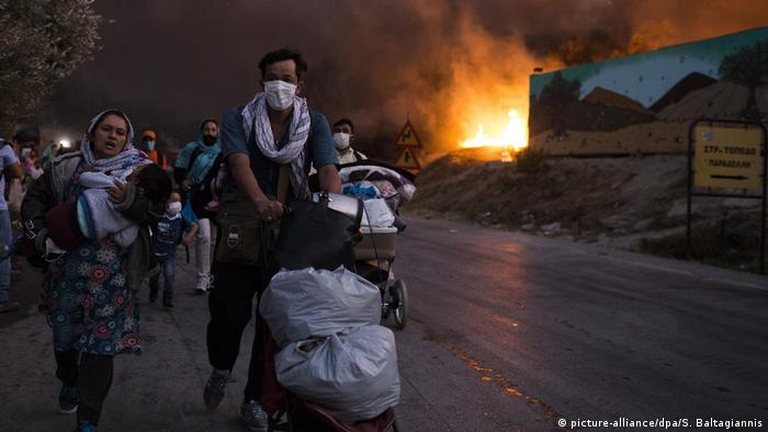 Adultos e crianças fogem de fogo em campo de refugiados na Grécia