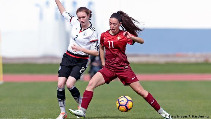 Dvije nogometašice u borbi za loptu