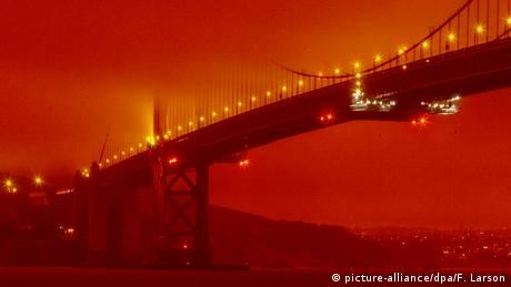 The Golden Gate Bridge in orange light (picture-alliance/dpa/F. Larson)