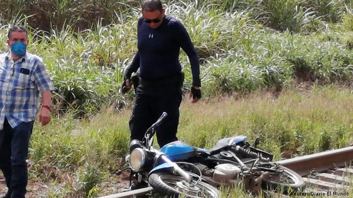 Un policía mexicano, junto a la motocicleta de Julio Valdivia, periodista mexicano asesinado.