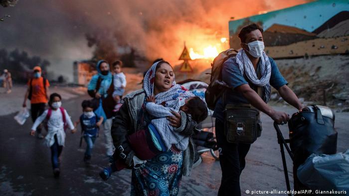 Бежанци бягат от пламъците в лагера Мория на остров Лесбос