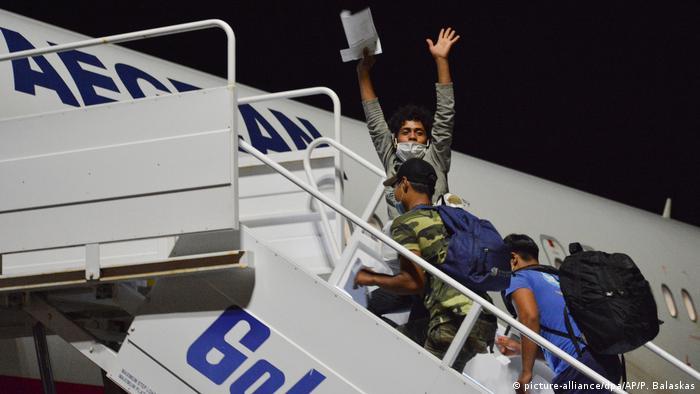 Griechenland Lesbos Mytilene   Unbegleitete Jugendliche aus Moria zum Festland geflogen (picture-alliance/dpa/AP/P. Balaskas)