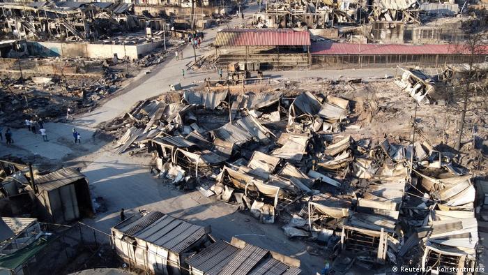 Сгоревшие палатки лагеря Мориа наутро после пожара