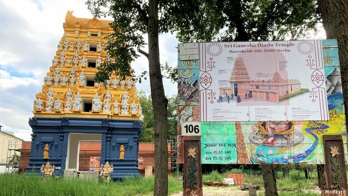 Ricas decoraciones y colores exuberantes adornan el templo hindú Sri Ganesha, situado en el parque Hasenheide, en el barrio de Neukölln. Lleva en construcción desde 2020 y será inaugurado en la última semana de octubre del mismo año. Está dedicado al dios elefante Ganesha, responsable del éxito, la formación, el conocimiento, la sabiduría y el bienestar.