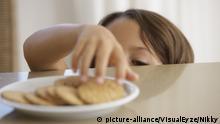 Symbolbild Junge mit einem Teller Kekse
