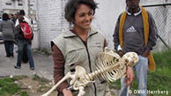 Karen Quintero von ECIAF in Bogotá mit einem Skelett (Foto: Herrberg)