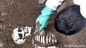 Zentralfriedhof in Bogotá, Ausgrabungen im Rahmen des Seminars 'Suche nach verschwundenen Familienagehörigen' (Foto: Herrberg)