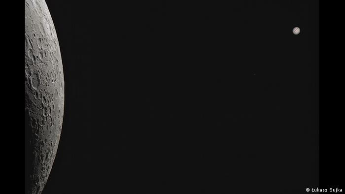Ein Foto des Fotografen Łukasz Sujka. Darauf zu sehen ist Jupiter im Vordergrund und der Mond als kleine Kugel im Hintergrund. (Łukasz Sujka)