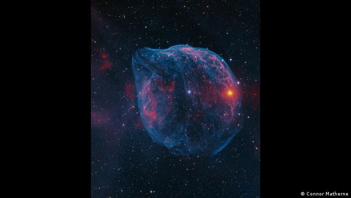 Das Motiv des Fotografen Connor Matherne erinnert stark an einen Kopf eines Delfins – eigentlich handelt sich aber um eine Gasblase, die von dem hellen blauen Stern in der Bildmitte abgeworfen wird. Dieses sensationelle Bild wurde mit einer Belichtungszeit von sage und schreibe 33 Stunden aufgenommen. (Connor Matherne)