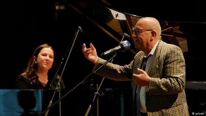 Pianistin Susanne Kessel und Nicolaus Anton Huber, der ins Mikrofon spricht. (privat )