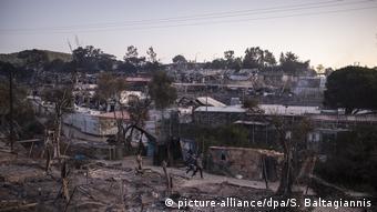Griechenland Lesbos   Brand in Flüchtlingslager Moria   Asylsuchende (picture-alliance/dpa/S. Baltagiannis)