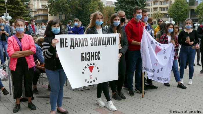 Протест людей, невдоволених карантинними обмеженнями в Івано-Франківську