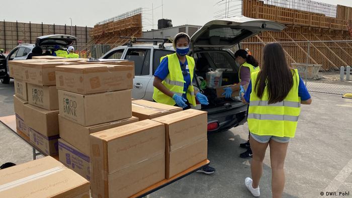 Доброволци разпределят безплатна храна
