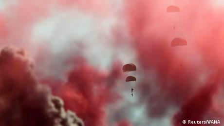 BdTD Iran Militärübung Fallschirm (Reuters/WANA )