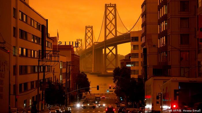 San Francisco Bay Bridge: Oranger Himmel durch die Feuer an der Westküste der USA