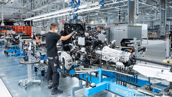 در کارخانه Factory 56 تنها با استفاده از پلاتفرم MO360 که به صورت اختصاصی برای بنز طراحی شده تمامی اطلاعات بر روی صفحه نمایش منتقل میشود و از این طریق ۱۰ تن کاغذ در سال مورد صرفهجویی قرار میگیرد. سیستم شبکه ۳۶۰ درجهای مرسدس بنز فراتر از درون کارخانه عملکرد دارد و تمامی زنجیره تولید و حتی لجستیک در مجموع ۲ هزار شرکت قطعهساز که با مرسدس بنز کار میکنند را نیز در بر میگیرد.