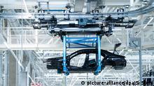 02.09.2020, Sindelfingen, Deutschland: Die Karosserie einer S-Klasse hängt im Werk «Factory 56» an einem Roboter. In der neuen komplett digitalisierten und vernetzten Fabrik wird die neue S-Klasse gebaut. Foto: Silas Stein/dpa | Verwendung weltweit