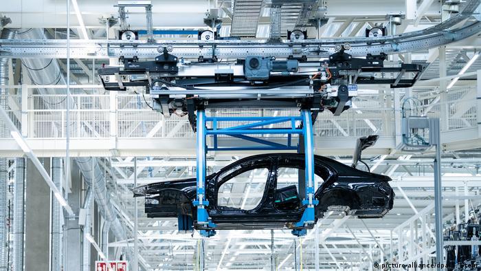 انقلاب اصلی در خط تولید صورت گرفته و آنقدر منعطف شده که حالا میتوان در کمترین مدت سریهای گوناگون اتومبیل از کلاس آ، اس تا مای باخ و حتی لیموزین مدل برقی EQS را در آن تولید کرد.
