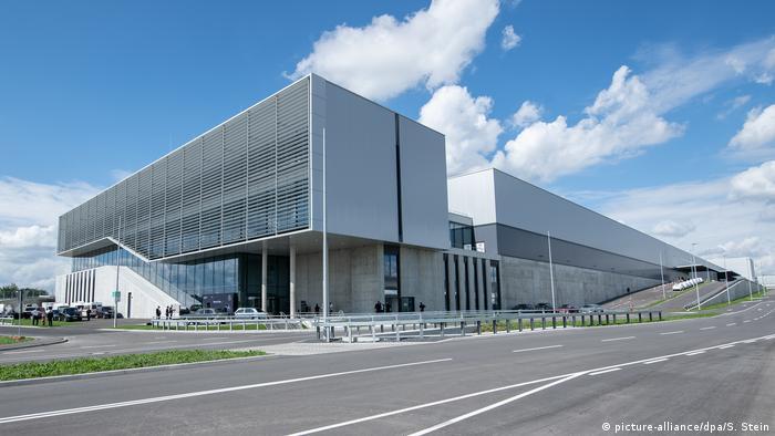 مرسدس بنز مدرنترین کارخانه خودروسازی جهان را در زیندلفینگن اشتوتگارت با سرمایهگذاری ۷۳۰ میلیون یورو همزمان با رونمایی از خودرو اس کلاس جدید افتتاح کرد. با فولادی که برای ساخت سالن ۲۲۰ هزار مترمربعی با پلاک ۵۶ در محوطه کارخانه بنز به کار رفته میتوان یک برج ایفل دیگر ساخت.
