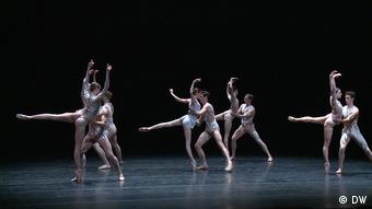 Сцена из балета в исполнении танцоров Большого театра