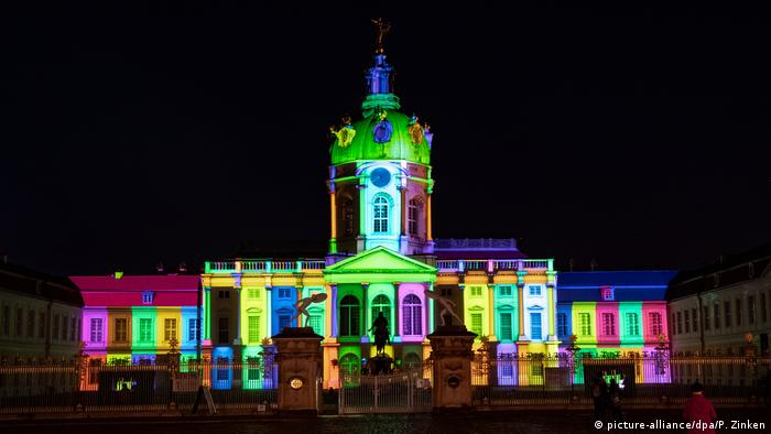 Charlottenburg Palace during the 2020 Berlin Festival of Lights (picture-alliance/dpa/P. Zinken)