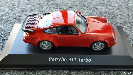 La miniatura del Porsche 964 Turbo de 1990 en rojo