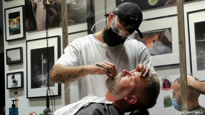 Der Barber - salonul lui Tarik Ari. Pe scaun, Willi Klöcker - client fidel