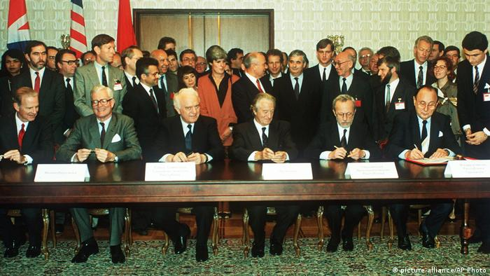 Sowjetunion 1990 | Unterzeichnung Zwei-plus-Vier-Vertrag (picture-alliance/AP Photo)