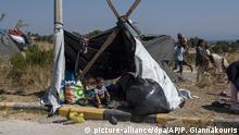 11.09.2020, Griechenland, Lesbos: Ein kleiner Junge sitzt am Straßenrand in einem provisorischen Zelt. Nach dem Brand im Flüchtlingslager Moria herrschen auf der Insel chaotische Zustände. Mehr als 12 000 Migranten verbrachten die dritte Nacht in Folge im Freien. Foto: Petros Giannakouris/AP/dpa +++ dpa-Bildfunk +++ |